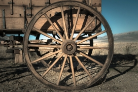 Old wooden wagon wheel outside city of rocks